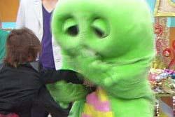 【画像】ガチャピン、小学生にボコボコにされる