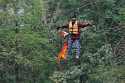 滑車と髪を繋いで川を渡る挑戦をしていたインド人、髪の毛が絡まって宙吊りのまま死亡