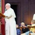 ローマ法王のステージに男の子が乱入 抱きついたり、椅子に座ったりとやりたい放題