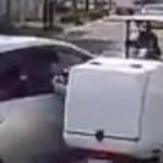 【動画】車の窓から手を出して走行中のスクーターの運転を妨害!殺人未遂の動画流出で警察が動く