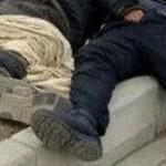 お酒には注意!?酔って寝込んだ男性にホームレスがキス、愛撫(写真あり)