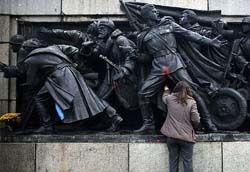 ブルガリアにあるソ連軍のモニュメントがいたずらされて楽しいことに