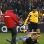 サッカー場乱入少年がGKに跳び蹴り 30年間の入場禁止