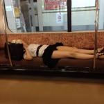 【画像】電車の座席でパンツまるだしで寝る女子大生wwwww