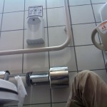 ショッピングモールのトイレで眠る奴wwwww