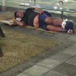 【画像】バス停前に左足壊死ニキwwwww