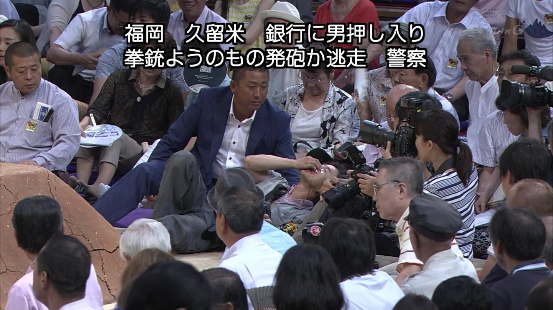 【画像】力士に押しつぶされたカメラマンが流血