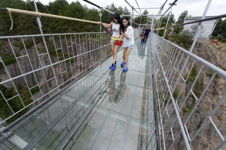 【画像】ガラスのつり橋が完成 中国湖南省の公園