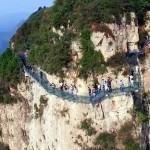 【悲報】中国のガラスの橋、観光客がコップを落としてヒビが入る