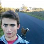 【画像】外人「外を走っていたらヤギがついてきた」