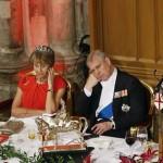 【画像】バッキンガム宮殿の晩餐会での習近平の挨拶を傍らで聞くアンドリュー王子の態度が酷杉wwwww