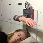 手で叩いて起こしてくれる目覚まし時計 スウェーデン人女性が発明