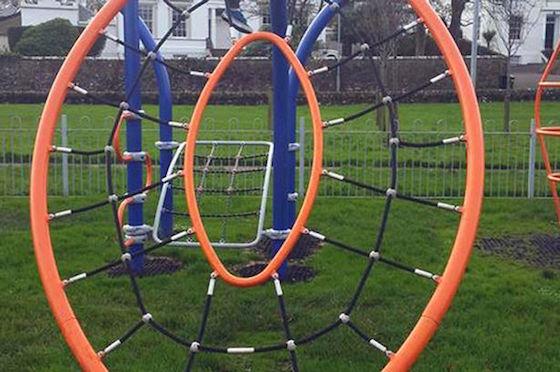 【画像】公園の遊具にPTA激怒「ここから子供が出たり入ったりする、なんて神秘」の声も 皆さんにはどう見えますか?