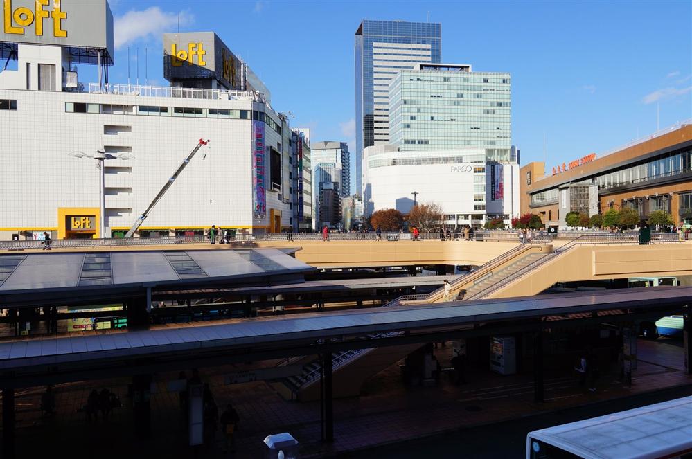 【画像】この駅前の風景は都会ですか?