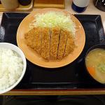 このロースカツ定食が500円(税込み)wwwwww