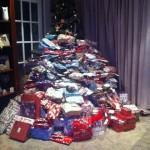 27歳の女性が子供にあげる300個のクリスマスプレゼント写真をアップ → ネット民に叩かれまくる