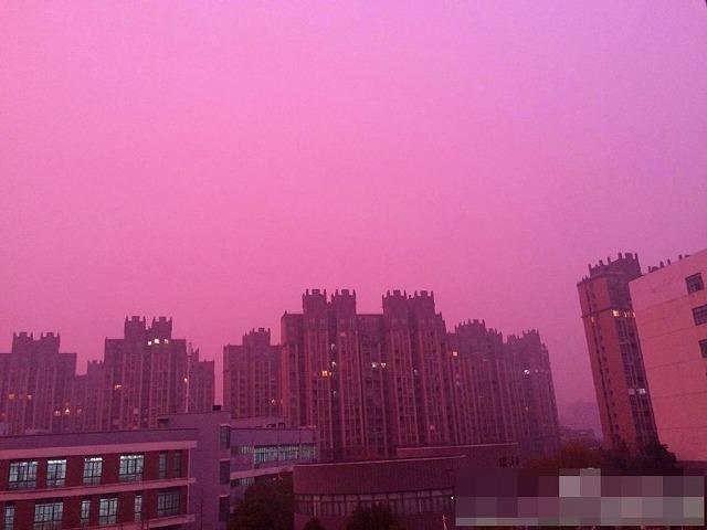 【画像】中国・南京市、バラ色のスモッグで覆われる 南京大学教授「恐れる必要はない」