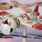"""【画像】宮城県「なんかブームらしいんで""""こけし飛行機""""で町興しします」"""