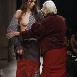 【画像】フランスのファッションショーでモデルのおっぱいがポロリ