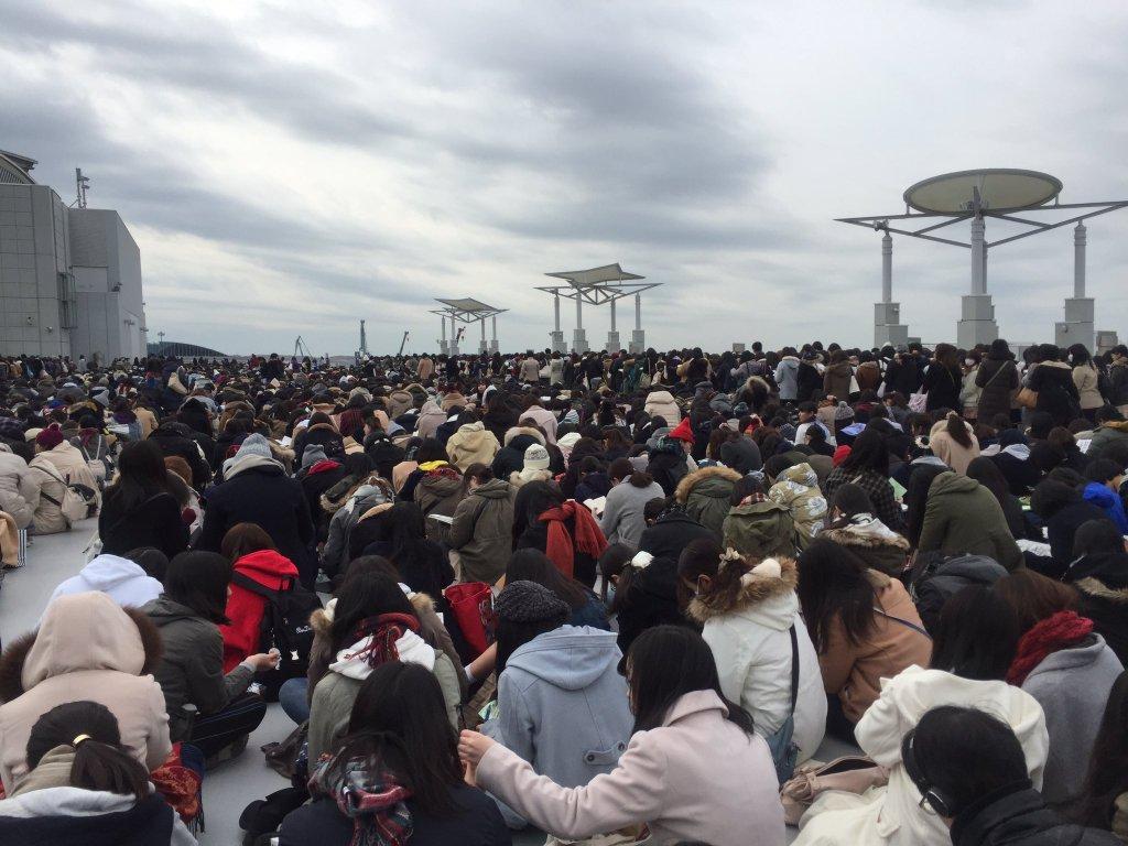 【画像】おそ松さんグッズに大行列の腐女子をご覧ください