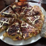 【悲報】トンキンお好み焼きをピザか何かと勘違いする