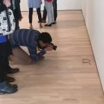10代の若者が美術館の床にわざとメガネを置く→人だかりができて「興味深いアートだ」とそのまま展示へ