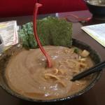 【画像】レンゲがスープに突き刺さる「日本一濃い」ラーメンwwwww