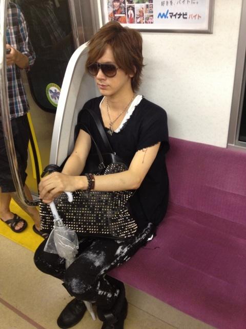 【画像】DAIGOさん、電車で盗撮される