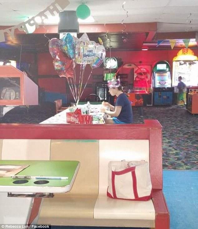 【悲報】自閉症の女子高生、自分の誕生日パーティーにクラスメートを誘うも誰も来ず、一人でケーキを食べている一枚の写真
