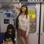 【画像】電車に一人で笑ってる女おるwwwwww