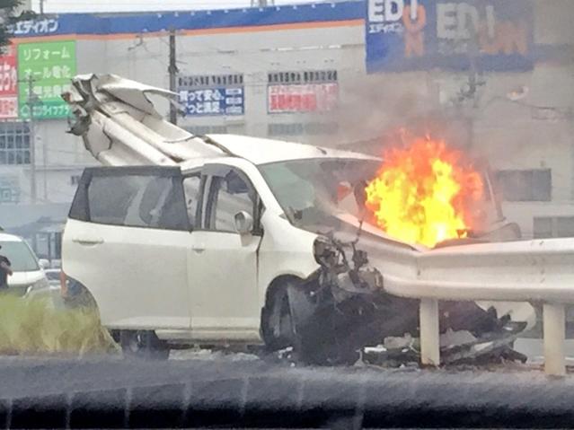 【画像】18歳の男女が乗った車にガードレールが貫通wwwwww
