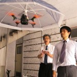 手放しで傘をさせる 頭上で浮遊し続ける「ドローン傘」