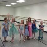 【画像】周囲が全員お姫様ドレスを着てる中、あえてホットドッグの仮装で挑む少女