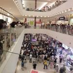 【画像】ショッピングセンターに広島戦の野球中継のTVを置いた結果wwwww