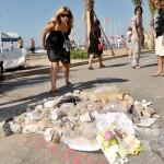 【画像】フランス人、テロ犯人が射殺された場所にゴミを寄せ集める