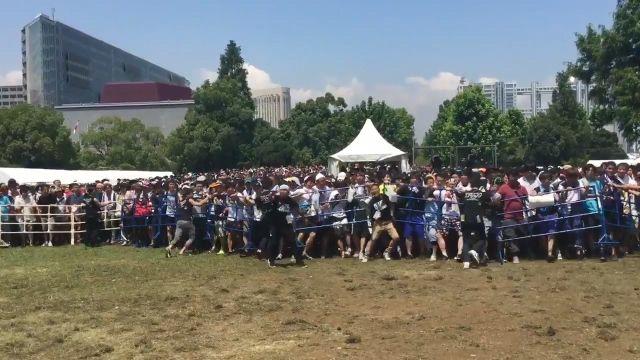 【動画】熱狂した欅坂46ファンがイベント会場を破壊 死人が出るレベルの惨事に