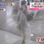 【画像】全身ポリ袋で台風の中を歩く女wwwwwww