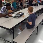 ( ^ω^)「あいつ一人で食ってるwキモッw」彡(゚)(゚)「ウッス、この席空いとるか?一緒に食おうぜ」