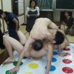 【画像】陽キャ「全裸でツイスターゲームするの楽しすぎwwwww」