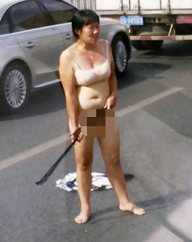 北京の路上に「ブラだけノーパン女」出現