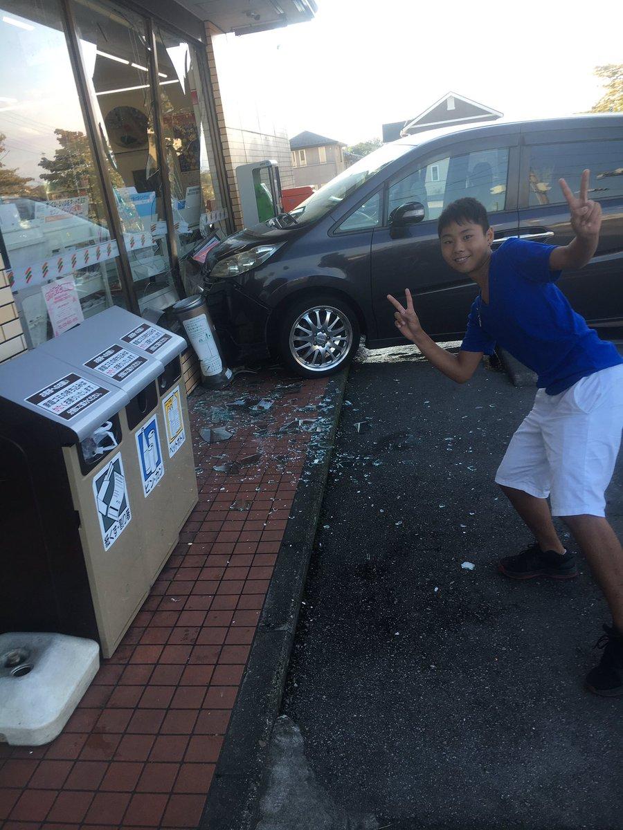 【画像】バカッター、事故車両の前でピース