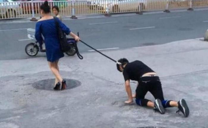【画像】 女性が四つんばいの男の首にリードを付け街を散歩、「わが家の犬です」