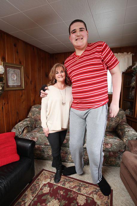 【画像】アメリカの19歳、身長2m34㎝でギネスに載る
