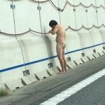 【画像】名神高速で全裸の人が壁のコードにかじりつくwwwwwww