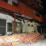 自殺止めようと説得中にアパート2階の床抜けて警察官6人が落下して負傷