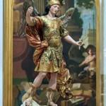 美術館で観光客が18世紀の聖ミハイル像と一緒に自撮り → 下がりすぎて像を倒してバラバラの大惨事