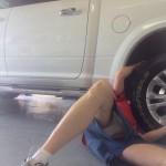 【画像】女子大生、タイヤ交換中に豪快パンチラ