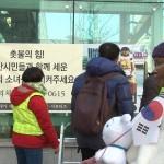 【悲報】慰安婦像にクレヨンしんちゃんのシロが供えられる