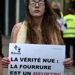 【画像】フランスでメガネっ娘の美女が服を脱ぎ捨てパンティー1枚で抗議「お願い!毛皮を買わないで!」