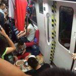 【画像】外国人、電車内に住み込んでしまうwwwww
